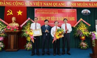 Trao Huy hiệu 30 năm tuổi Đảng cho các đảng viên thuộc Đảng bộ Trường Đại học Lao động và Xã hội CSII tại TPHCM